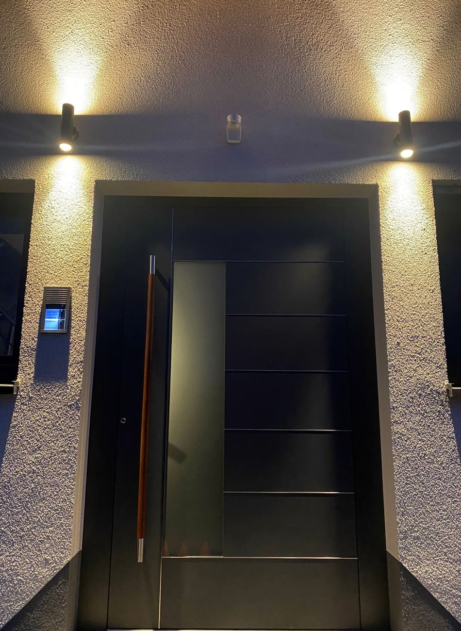 Haustür mit Außenbeleuchtung